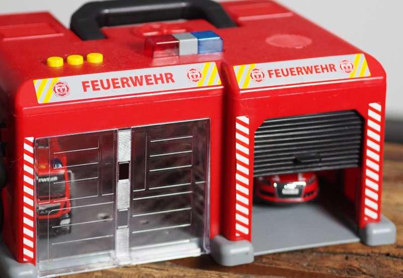 Dickie Toys/Autos, Fahrzeuge, Boote & Flieger:Feuerwehrstation von Dickie To