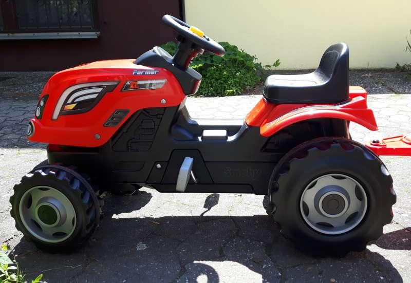 Smoby/Kinderfahrzeuge (z. B. Bobby Car):Ein Stadtkind fährt Traktor